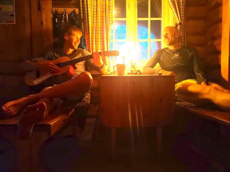 To menn i hytte med gitar